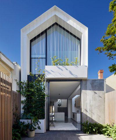 Mẫu thiết kế nhà phố đương đại với ban công cáp mềm mại