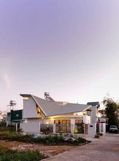 Mẫu thiết kế nhà phố 3 tầng trên diện tích 140m2 với mái hiên chắn nắng độc đáo