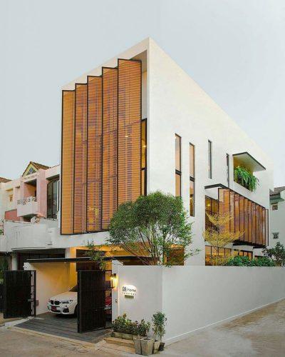 Mẫu thiết kế nhà phố 3 tầng 2 mặt tiền với hệ lam chắn nắng độc đáo