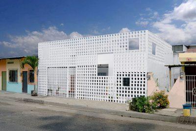 Mẫu thiết kế nhà phố độc đáo với bức tường gạch rỗng phía trước