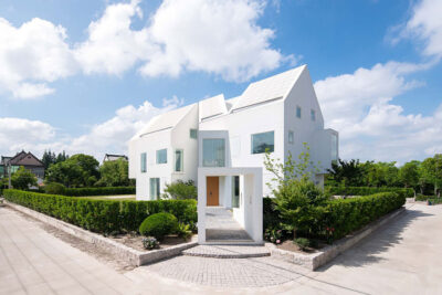 Mẫu thiết kế nhà phố 3 tầng màu trắng sang trọng