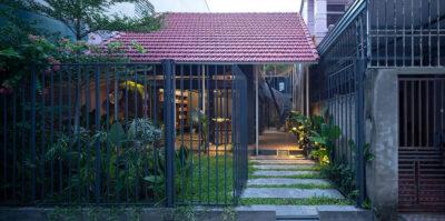 Mẫu thiết kế nhà phố 2 tầng hình chữ U với 3 khu vườn xanh mát